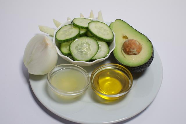 Detox avokado salata